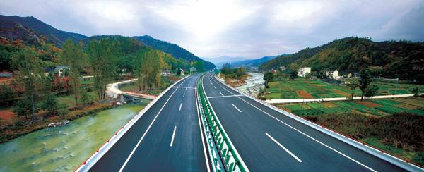 全线采用四车道高速公路标准,设计行车速度80公里/小时,项目于2005